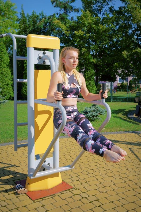 Geschiktheid, die meisje uitoefenen bij de gymnastiek, in openlucht royalty-vrije stock afbeelding