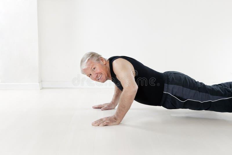 Geschiktheid en yoga stock foto