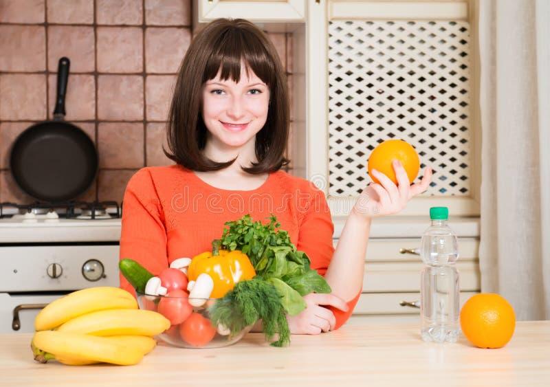 Geschiktheid, gezondheidszorg en dieetconcept - glimlachende vrouw met vruchten royalty-vrije stock afbeelding