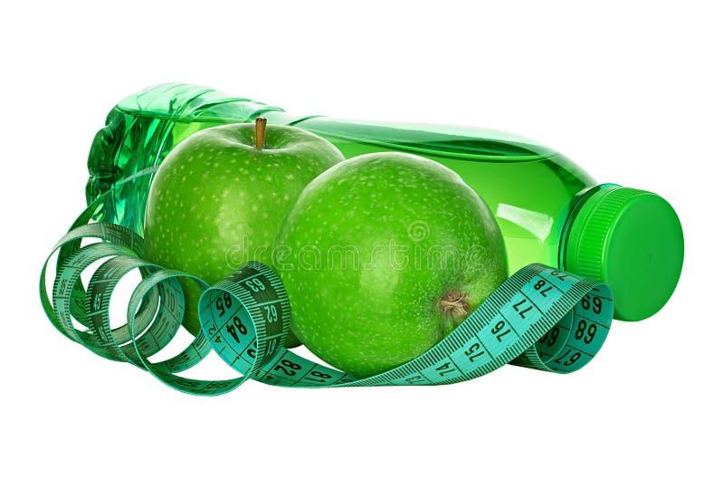 Geschiktheid, het concept van het gewichtsverlies met groene appelen, fles drinkwater en meetlint stock afbeeldingen