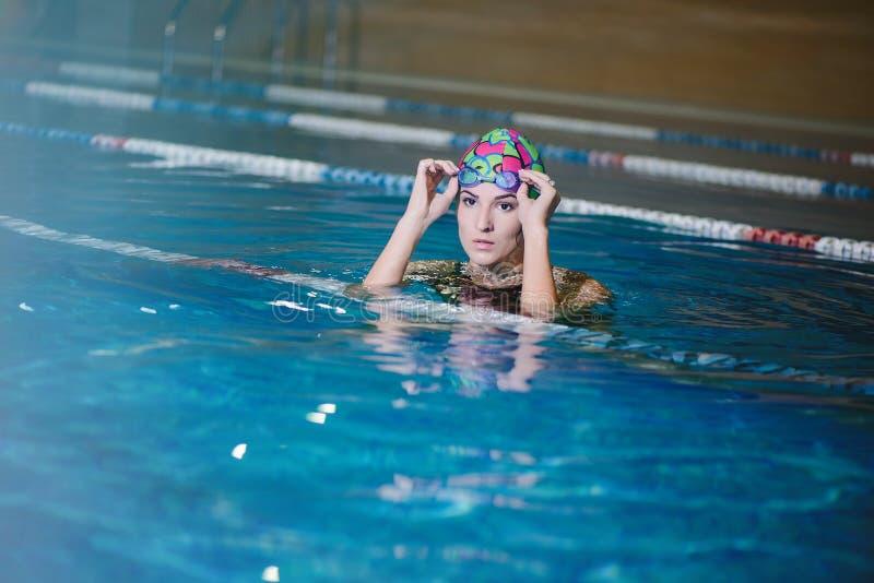 Geschiktheid opleiding in de pool royalty-vrije stock fotografie