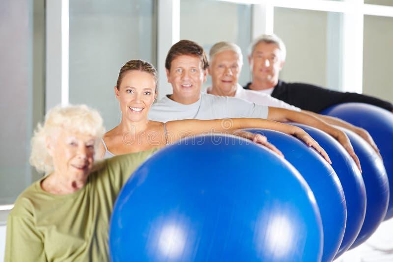 Geschiktheid opleiding met gymnastiekballen stock fotografie