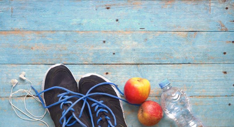Geschiktheid, sport, workout, running, concept met paar runners, water, appelkoptelefoons kopieerruimte, vlakke laag royalty-vrije stock afbeeldingen
