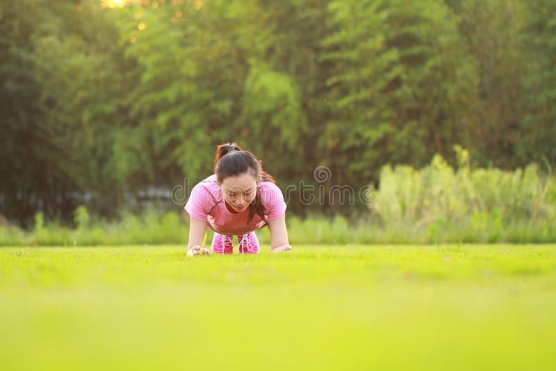 Geschiktheids Aziatische Chinese woman do plank oefening royalty-vrije stock foto's