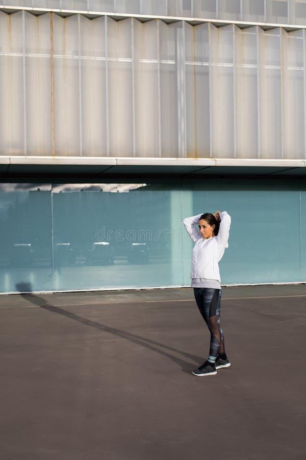 Geschiktheids gezonde vrouw klaar voor stedelijke training royalty-vrije stock afbeelding