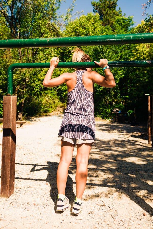 Geschiktheids jonge meisje opleiding op kin-omhooggaande bar stock foto