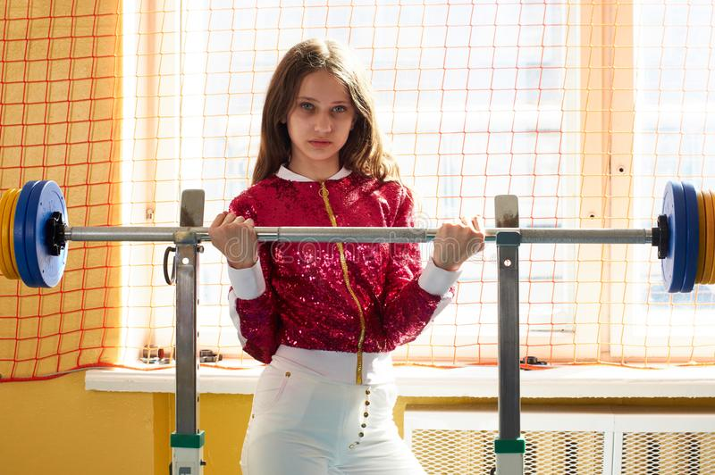 Geschiktheids sportief meisje die maniersportkleding in gymnastiek dragen stock afbeelding