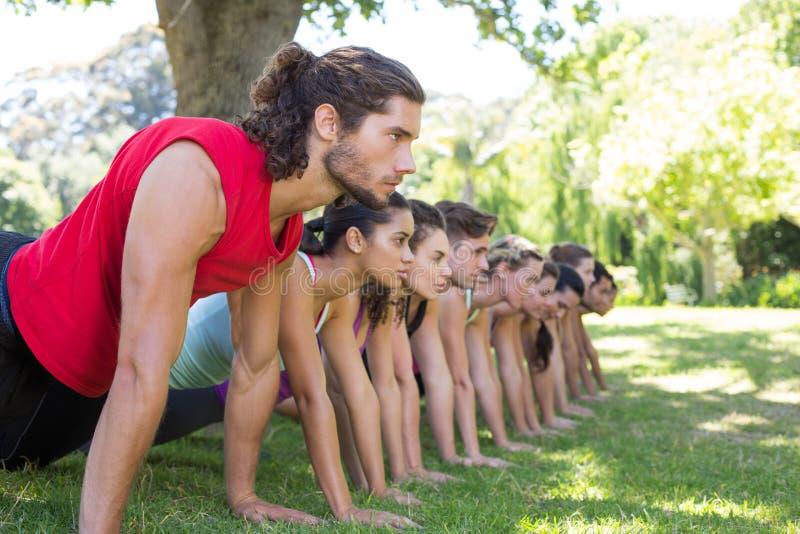 Geschiktheidsgroep het planking in park stock foto's