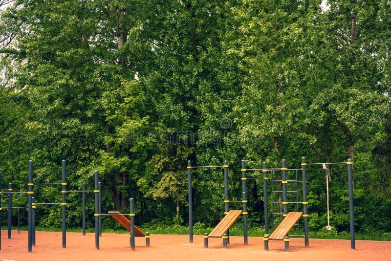 Geschiktheidsgrond in openlucht Dwars geschikte grond in het park stock foto