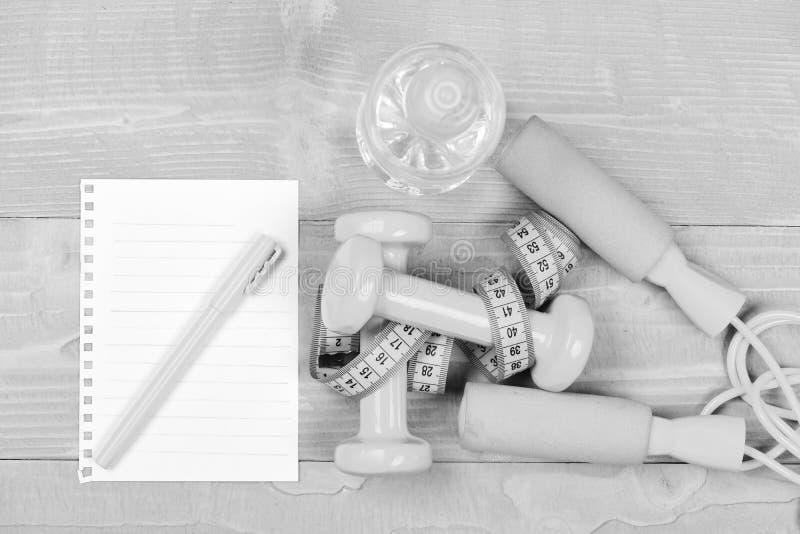 Geschiktheidshulpmiddelen voor gewichtsverlies Blanco pagina en gymnastiekmateriaal stock afbeelding