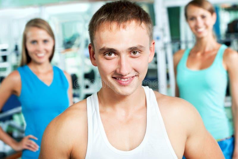 Geschiktheidsinstructeur met gymnastiekmensen stock fotografie
