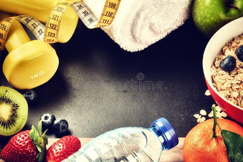 Geschiktheidskader met domoren, waterfles en verse vruchten Hea royalty-vrije stock foto