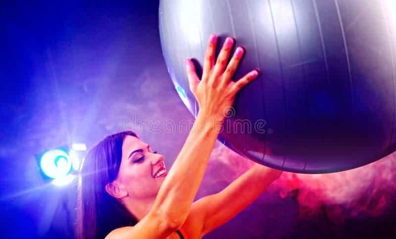 Geschiktheidsmeisje die in gymnastiek met fitball uitoefenen stock afbeelding