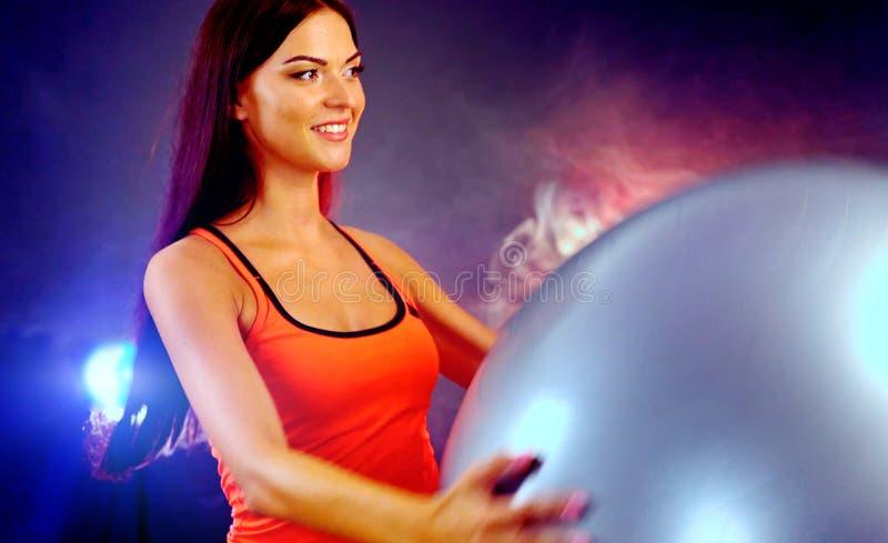 Geschiktheidsmeisje die in gymnastiek met fitball uitoefenen royalty-vrije stock foto's