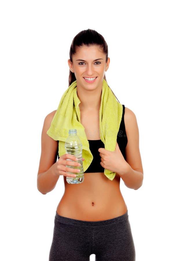 Geschiktheidsmeisje met een handdoek drinkwater stock foto