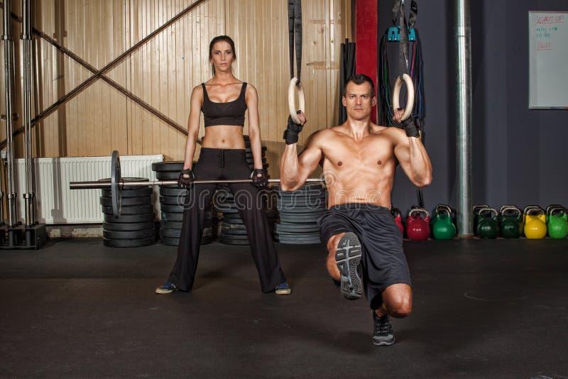 Geschiktheidsmens die gymnastiekringen gebruiken royalty-vrije stock afbeelding