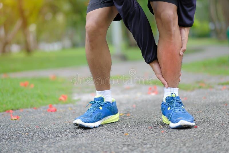 geschiktheidsmens die zijn sportblessure, spier houden pijnlijk tijdens opleiding stock foto's