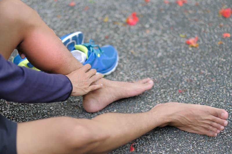 geschiktheidsmens die zijn sportblessure, spier houden pijnlijk tijdens opleiding stock afbeeldingen