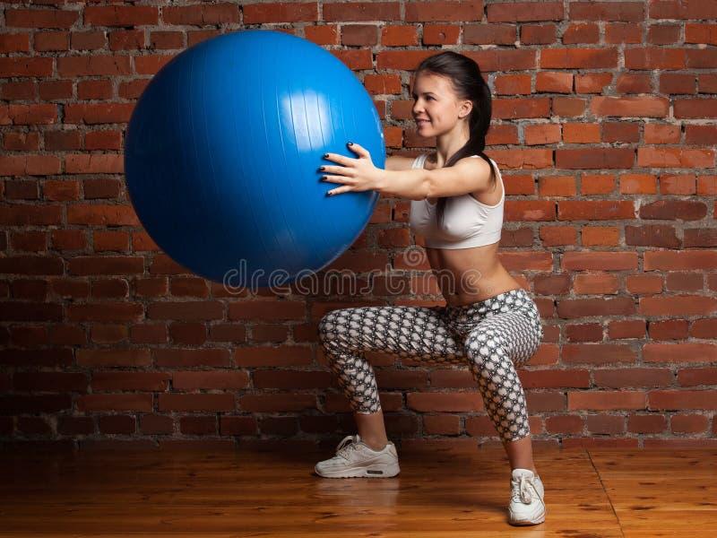 Geschiktheidsmodel die met fitball uitoefenen royalty-vrije stock foto's