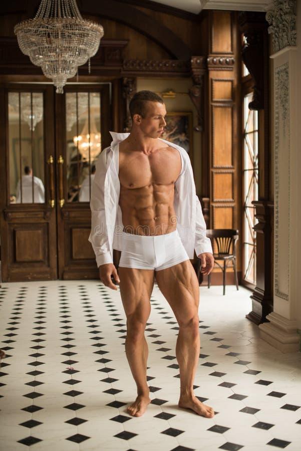 Geschiktheidsmodel in wit overhemd royalty-vrije stock fotografie