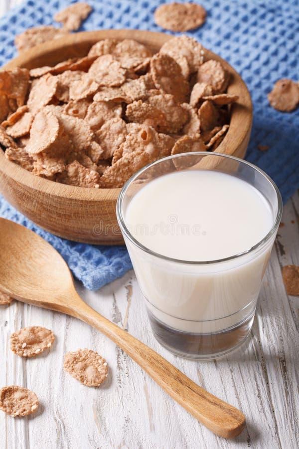 Geschiktheidsontbijt: van de zemelenvlokken en melk close-up verticaal royalty-vrije stock foto