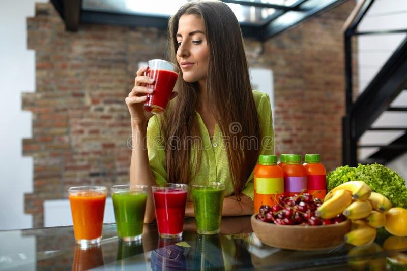Geschiktheidsvoedsel, Voeding Gezonde Etende Vrouw die Smoothie drinken royalty-vrije stock afbeeldingen