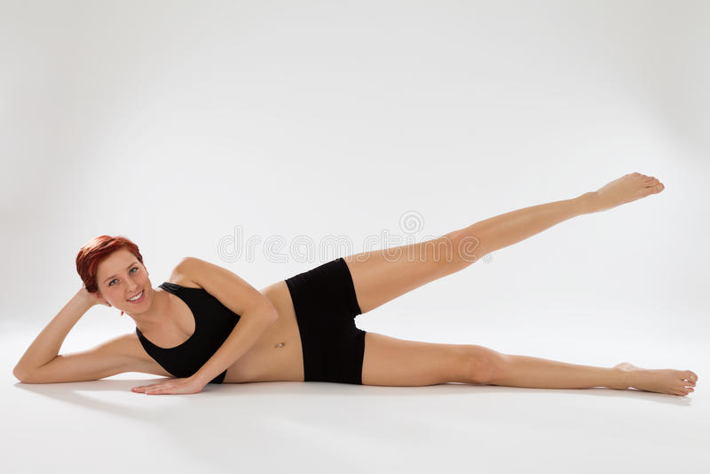 Geschiktheidsvrouw die met haar benen uitoefenen royalty-vrije stock foto