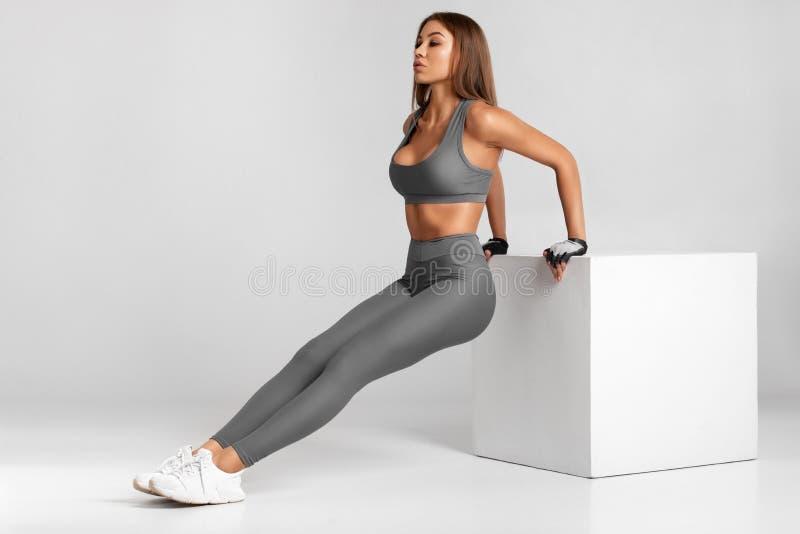 Geschiktheidsvrouw die opdrukoefeningen, het uitwerken doen Atletische meisje opleiding stock afbeelding