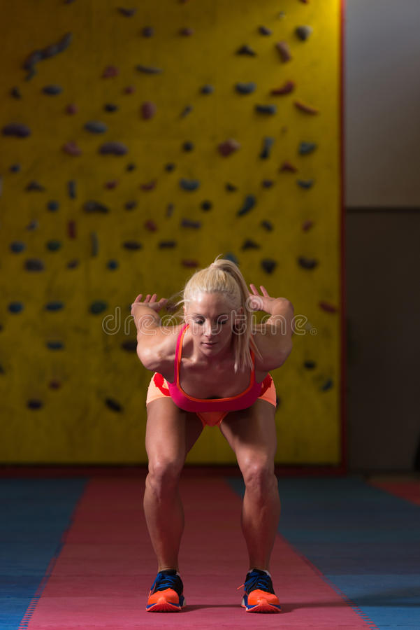 Geschiktheidsvrouw die Vérspringen in Gymnastiek uitvoeren royalty-vrije stock afbeelding