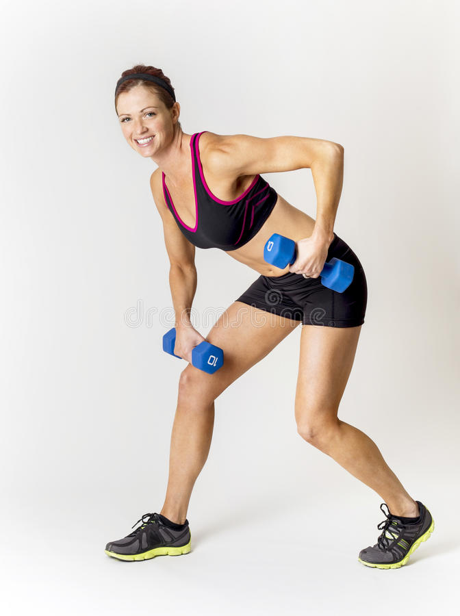 Geschiktheidsvrouw die vrije gewichten opheft Op een witte achtergrond stock foto's