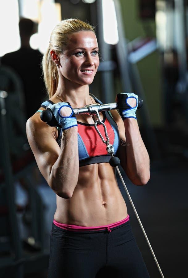 Geschiktheidsvrouw het stellen in gymnastiek stock foto