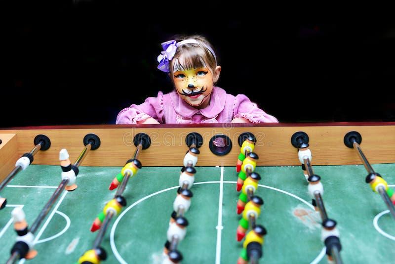 Geschilderd meisje als kat tijdens spel royalty-vrije stock afbeeldingen