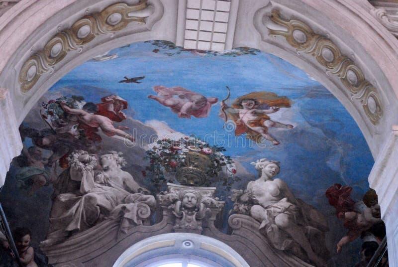 Geschilderd op het plafond van een ruimte van intense blauwe kleur stock afbeelding