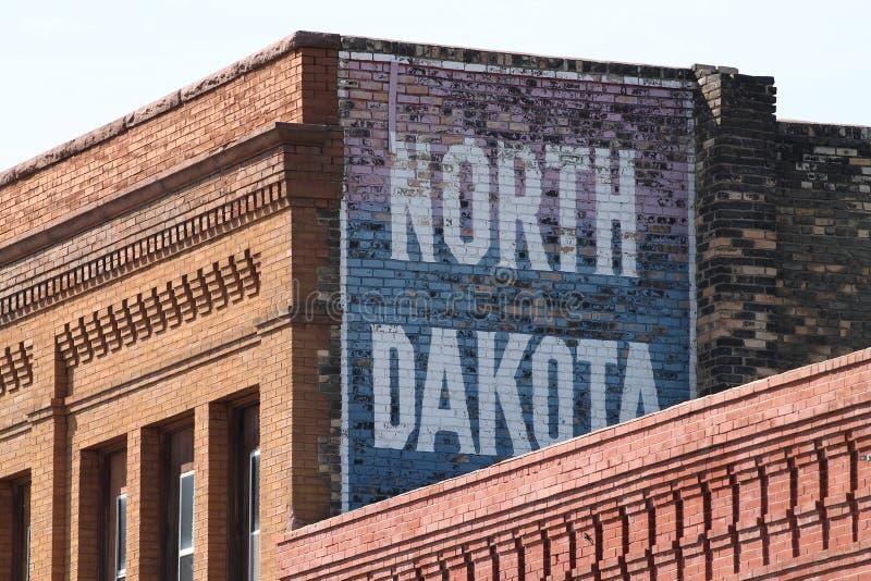 Geschilderd teken aan de kant van een oud baksteengebouw royalty-vrije stock foto