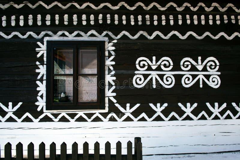 Geschilderde decoratie op muur van logboekhuis in Cicmany, Slowakije royalty-vrije stock foto's