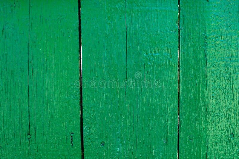 Geschilderde groene oude houten planking achtergrond met flawes stock foto's