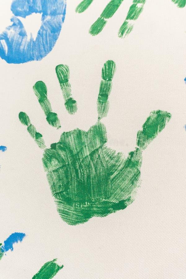 Geschilderde handen, gestempeld op papier stock afbeeldingen