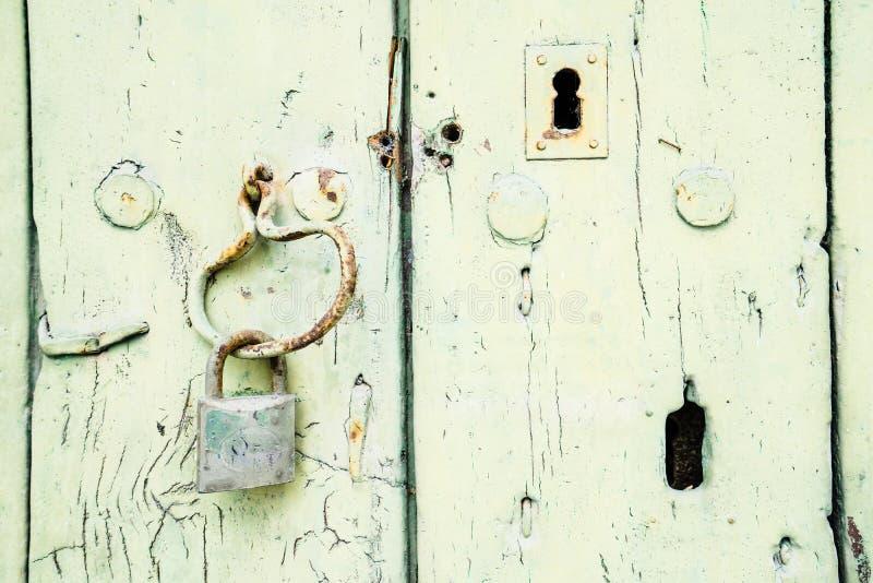 Geschilderde houten deur met hangslot en sleutelgat royalty-vrije stock afbeeldingen