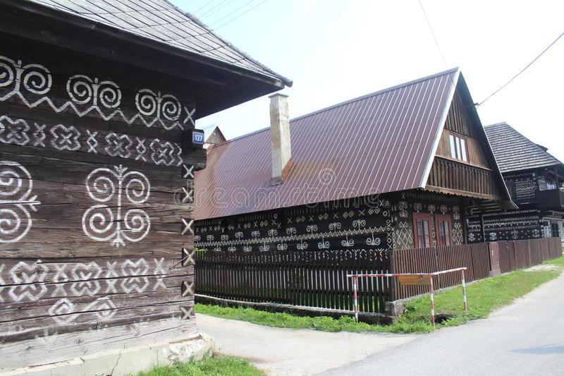Geschilderde houten logboekhuizen in museum in Cicmany, Slowakije royalty-vrije stock foto's