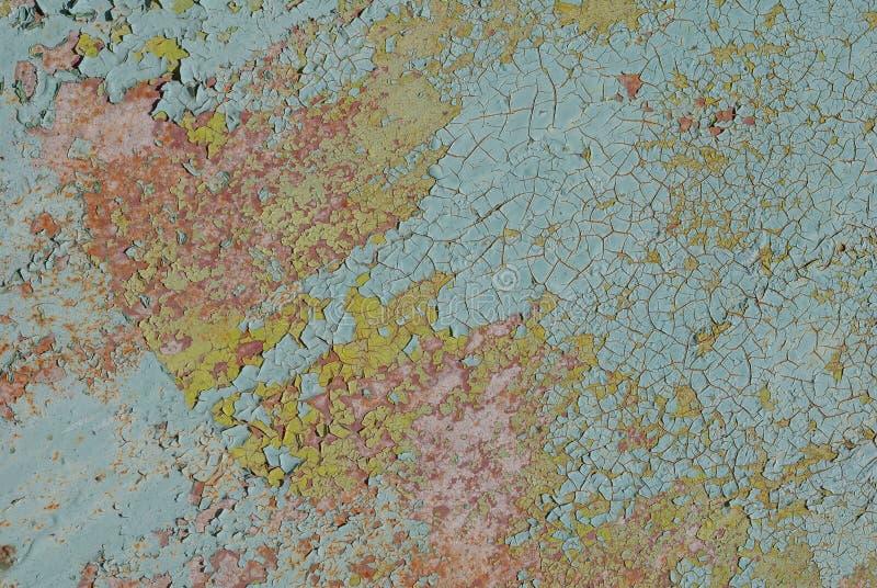 Geschilderde ijzeroppervlakte met een roestige en metaalcorrosie, afgebroken verf, oude achtergrond met schil en het barsten verf stock foto's