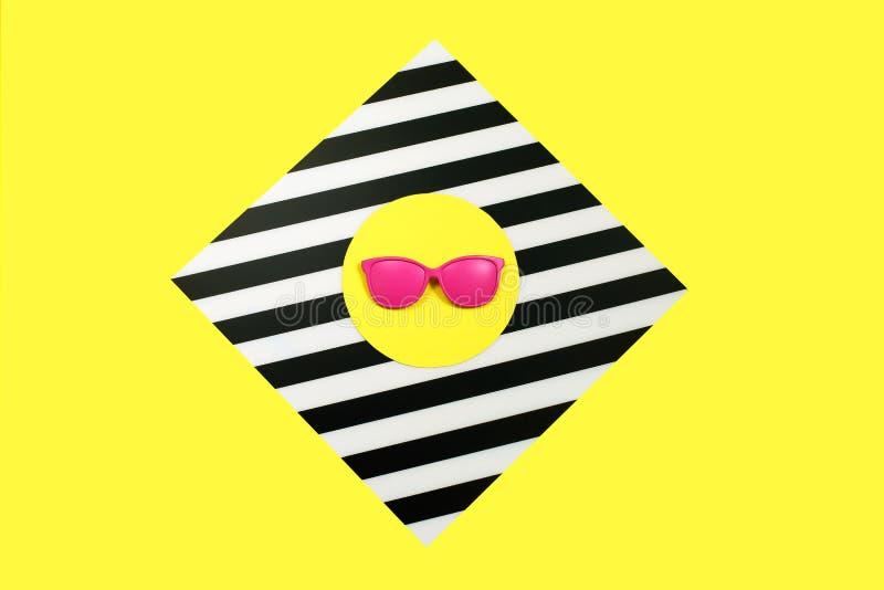 Geschilderde roze Manierzonnebril en op kleurrijke achtergrond Meetkundeconcept, minimalism Pop-art royalty-vrije stock fotografie