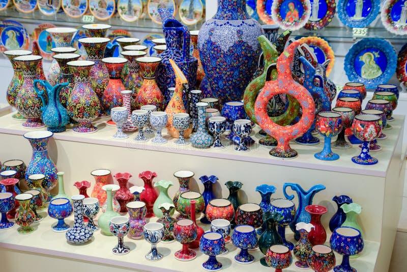 Geschilderde vazen en glazen op teller Verfraaide schotels stock foto's