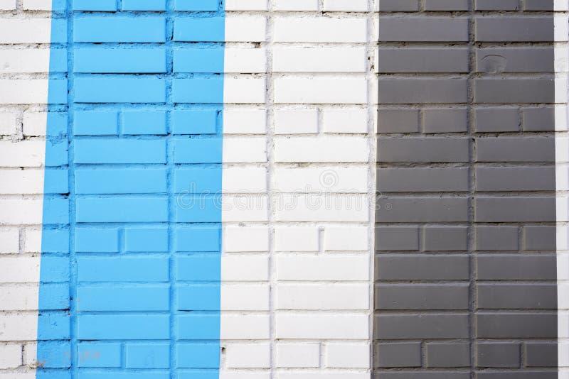 Geschilderde verticaal bakstenenoppervlakte van muur in zwarte en blauwe kleur, als graffiti Grafische grungetextuur van muur Sam royalty-vrije stock fotografie