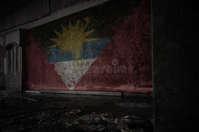 Geschilderde vlag van antigua en Barbuda op de vuile oude muur in een verlaten geru?neerd huis stock fotografie