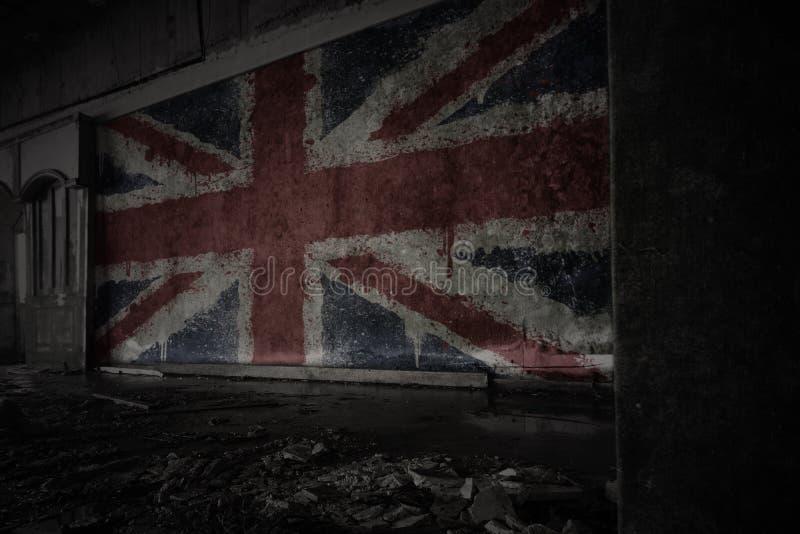 Geschilderde vlag van Groot-Brittanni? op de vuile oude muur in een verlaten geru?neerd huis royalty-vrije stock afbeelding