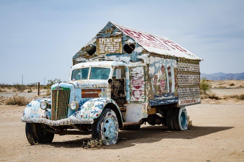 Geschilderde vrachtwagen dichtbij Leonard Knights geschilderde Reddingsberg op Beal Road buiten Niland stock foto