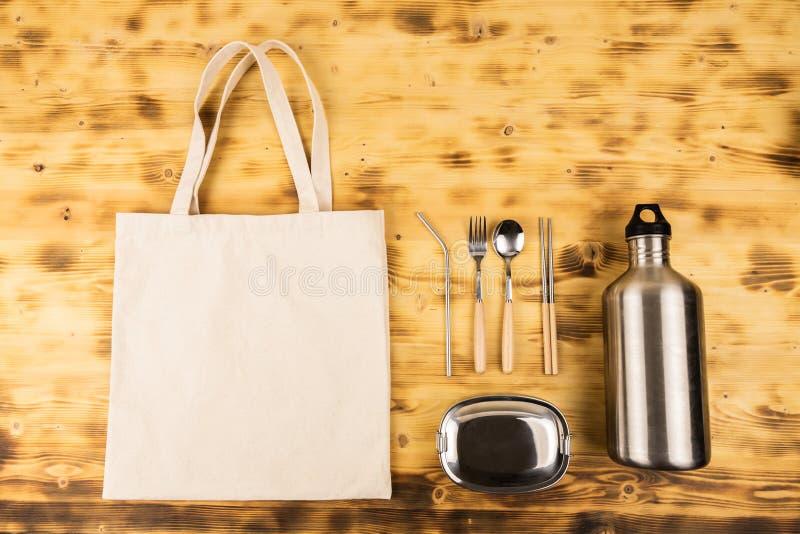 Geschirr und Einkaufstasche auf Holztisch lizenzfreies stockfoto