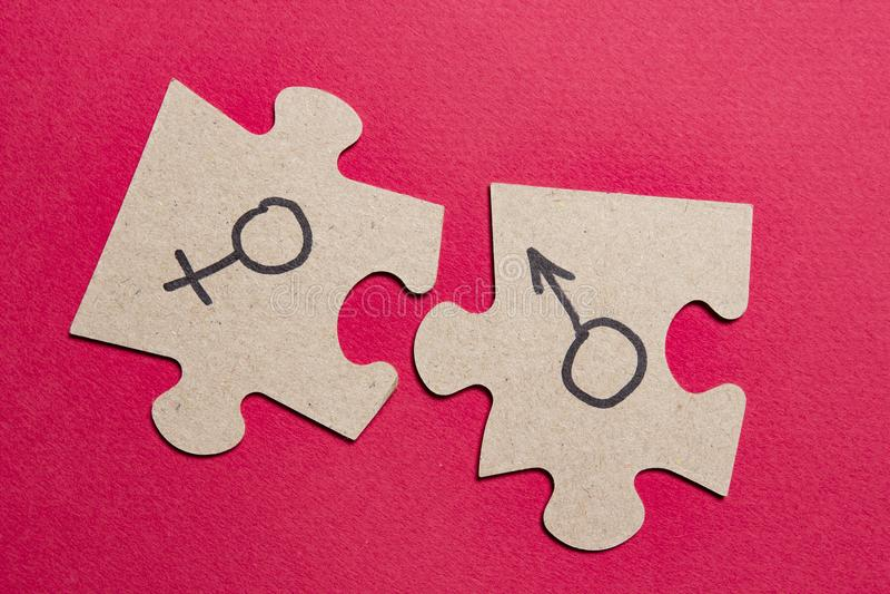Geschlechtszeichen des Mannes und der Frau auf Puzzlespielen Sexuelles Konzept mit den Sexeigenschaften von Männern und von Fraue stockbilder