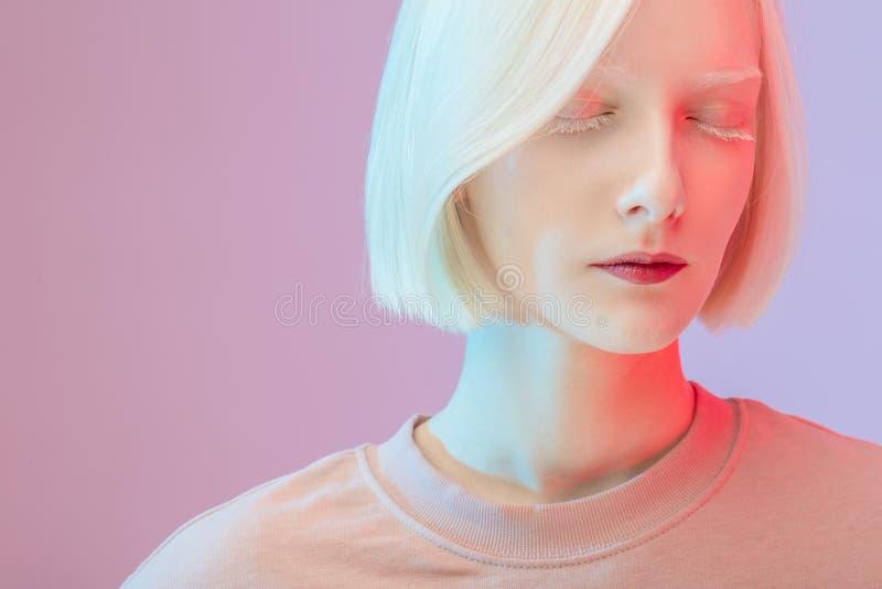 Geschlossen herauf Foto ruhiges herrliches Mädchen mit einem blassen Gesicht stockbild