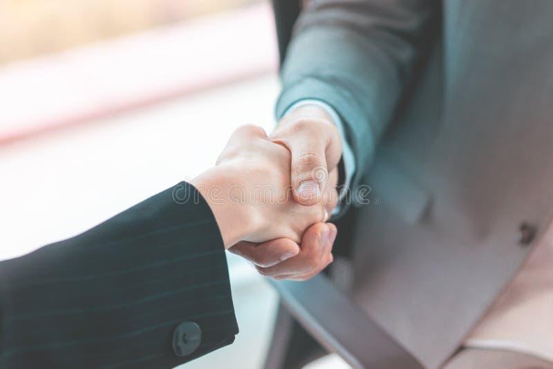 Geschlossen herauf Händedruck im Geschäftstreffenabkommen stockbild